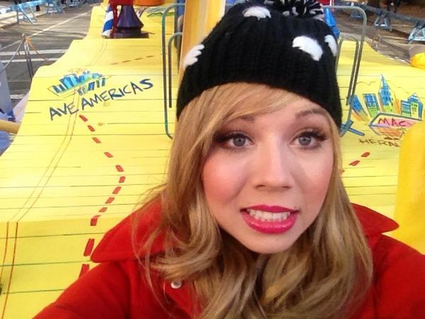 File:Jennette at the Thanksgiving Day Parade in front of the Goldfish Smiles float.jpg