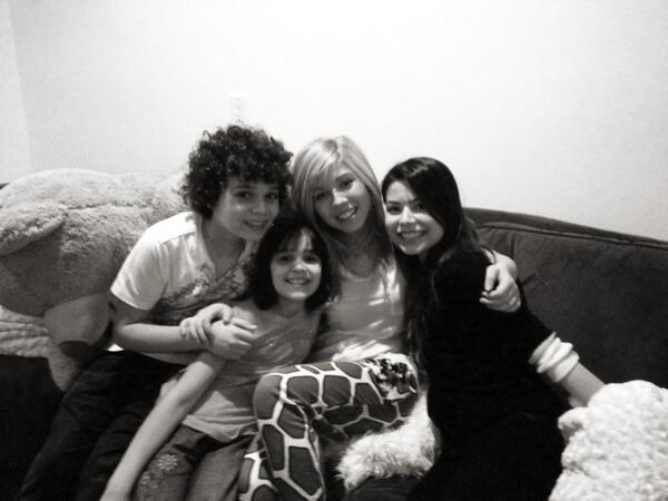 File:Jennette with Cameron, Gianna, and Miranda May 11, 2013.jpg