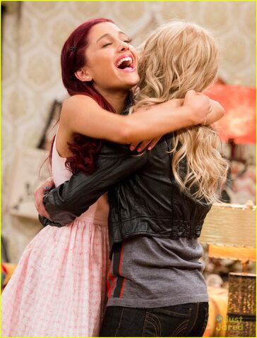File:Sam Puckett and Cat Valentine hugging.jpg