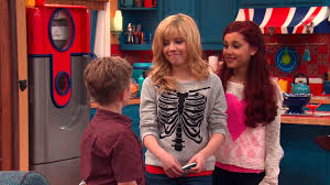 File:Butler talking to Sam and Cat in TextingCompetition.png