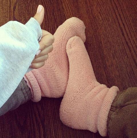 File:Ariana's cold feet.jpg