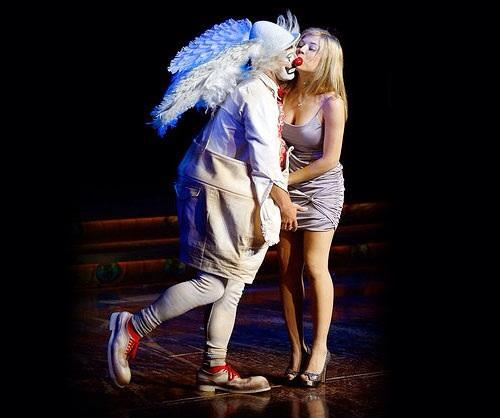 File:Jennette kissing a clown on stage, Cirque Zarkana.jpg