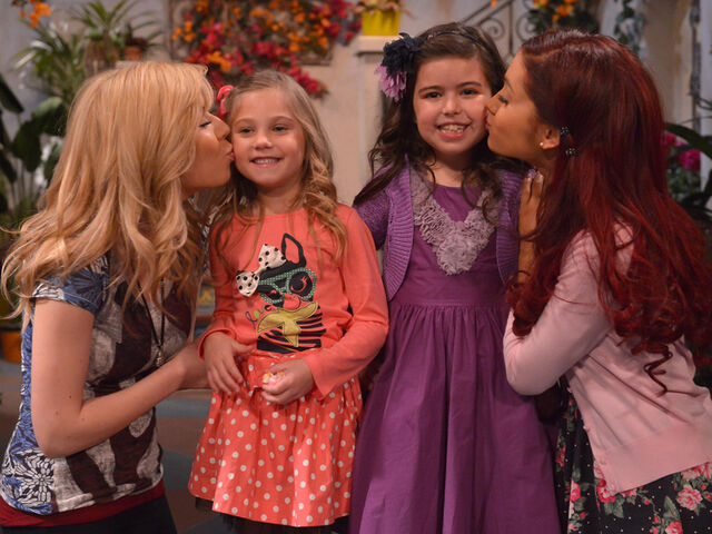 File:Jennette and Ariana kissing Sophia and Rosie.jpg