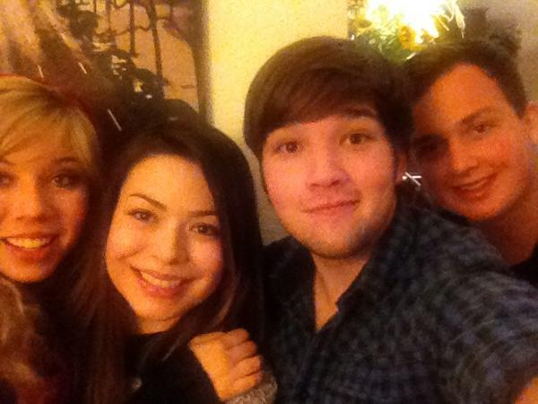 File:Jennette with Miranda Cosgrove, Nathan Kress and Noah Munck.jpg