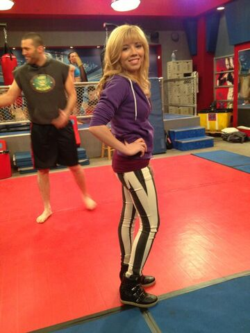 File:Jennette wearing another pair of Frankie B jeans.jpg