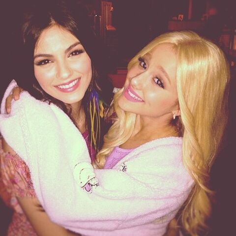 File:Ariana and Victoria Justice on the set of Victorious.jpg