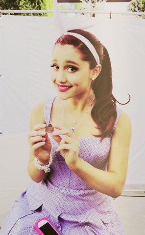 File:Ariana Grande holding a small box.png