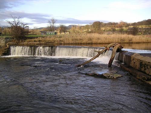 File:Weir at Settle.jpg
