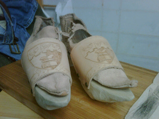 File:Shoes and Pattens front.jpg