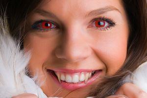 Datei:Frau mit roten Augen.jpg