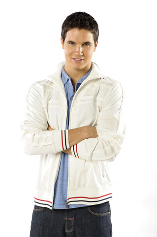 File:Robbie Amell photoshoot as Fred.jpg