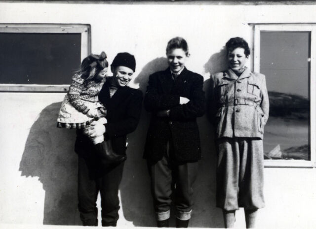 File:Evy, Lorentz, Olav, Kurt.jpg