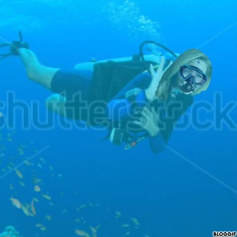 File:Lisa Kudrow scuba diving.jpg