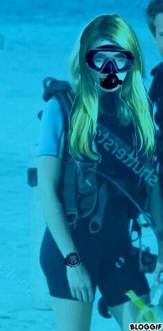 File:Emma Roberts goes scuba.jpg