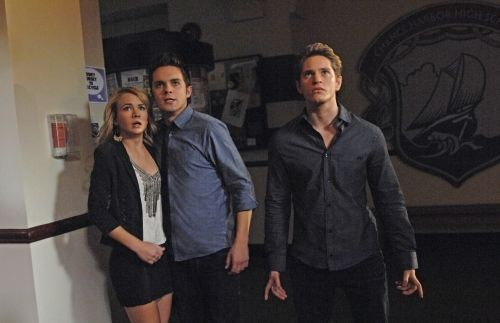 File:The Secret Circle Season 1 Episode 3 Loner 9-4087-590-700-80.jpg