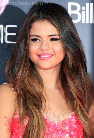 File:Selena-Gomez-copper-highlights.jpg