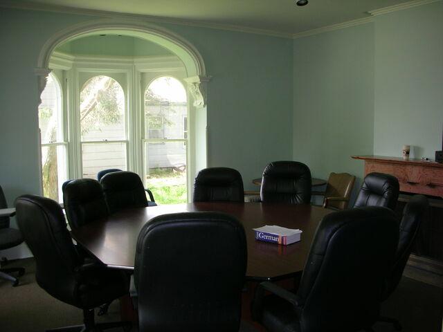 File:Waukegan 438 Infinity classroom table.jpg