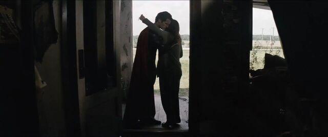 File:Man-of-Steel-Trailer-Images-Superman-Hugs-Ma-Kent.jpg