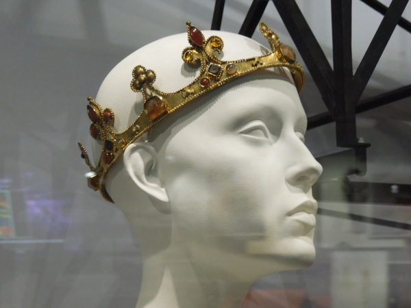 File:Snow White's Crown.jpg