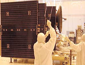 File:Solar Array Panels Attached to Dawn Spacecraft3.jpg