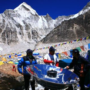 File:Solar cooker on Everest, Sun and Ice, 10-20-16.png