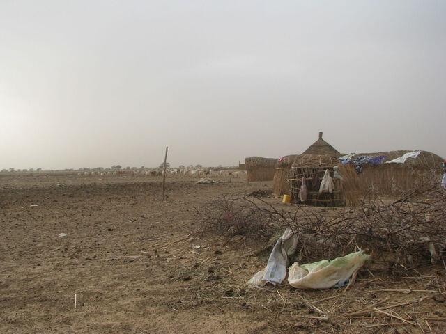 File:Village dans le djoudj.JPG