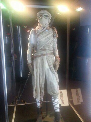 File:Rey Costume The Force Awakens Exhibit.jpg