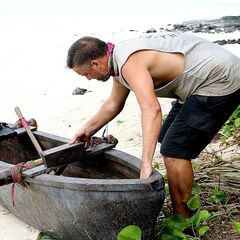 Adam finds a clue to the Hidden Immunity Idol in the outrigger canoe Samatau won at the reward challenge.