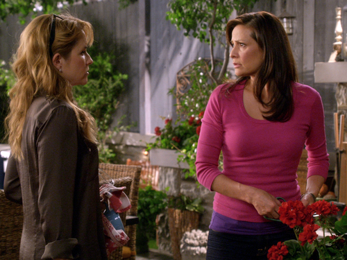 File:Kathryn and Regina talk outside guest house.jpg