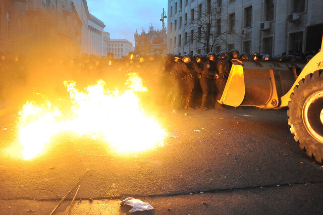 File:Riot police (Bekrut), defending the Kiev city council building, and protesters clash at Bankova str, Kiev, Ukraine. December 1, 2013-2.jpg