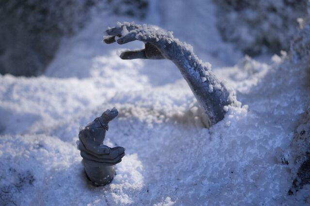 File:Weeping Angel Hands under the Snow.jpg