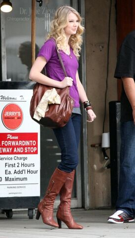 File:Taylor swift 73879 celebutopia taylor swift wearing boots while waiting outside jerry05s deli 15 122 21lo OJPbb9Q sized.jpg