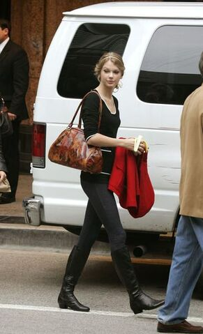 File:Taylor-Swift-Flat-Boots.jpg