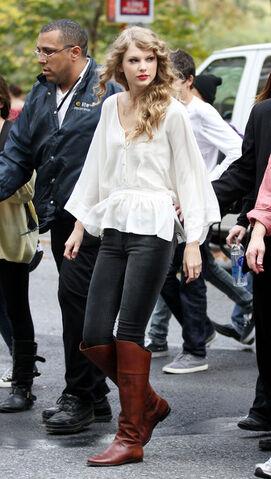 File:Taylor+Swift+arrives+Central+Park+perform+hAV-F9a3GUbl.jpg
