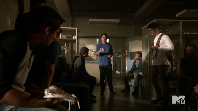 Datei:Teen Wolf Season 4 Episode 9 Perishable Coach Finstock and players.png
