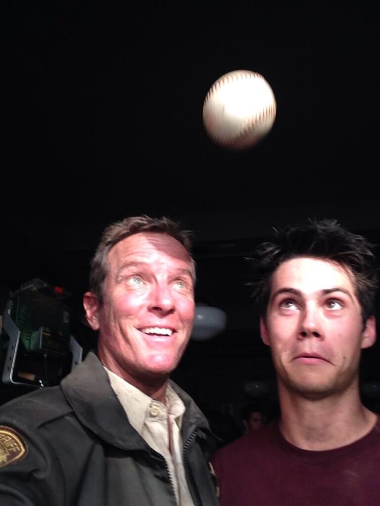 Datei:Teen Wolf Season 4 Behind the Scenes Dylan O'Brien Linden Ashby baseball June 18.jpg