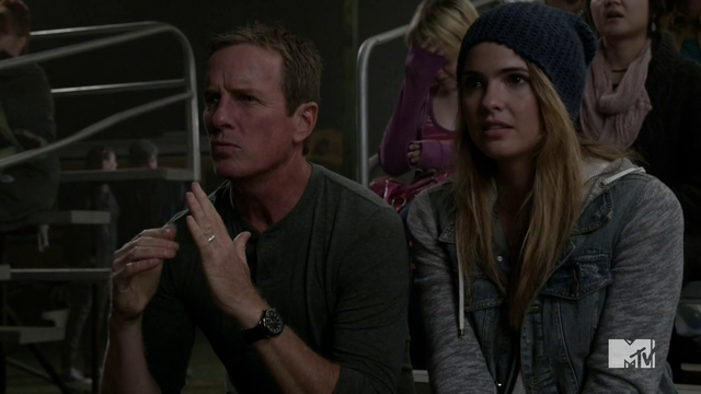 Datei:Teen Wolf Season 4 Episode 11 A Promise to the Dead Sheriff and Malia.png