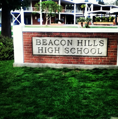 Archivo:Teen Wolf Season 3 Behind the Scenes Pali High School Beacon Hills HS Sign.png
