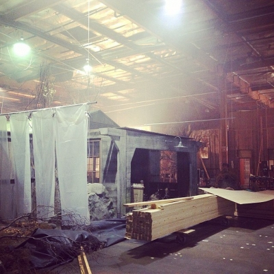 Datei:Teen Wolf Season 4 Behind the Scenes Lydia's Lake House under construction.jpg