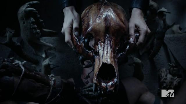 Datei:Teen Wolf Season 4 Episode 11 A Promise to the Dead Berserker skull close.png