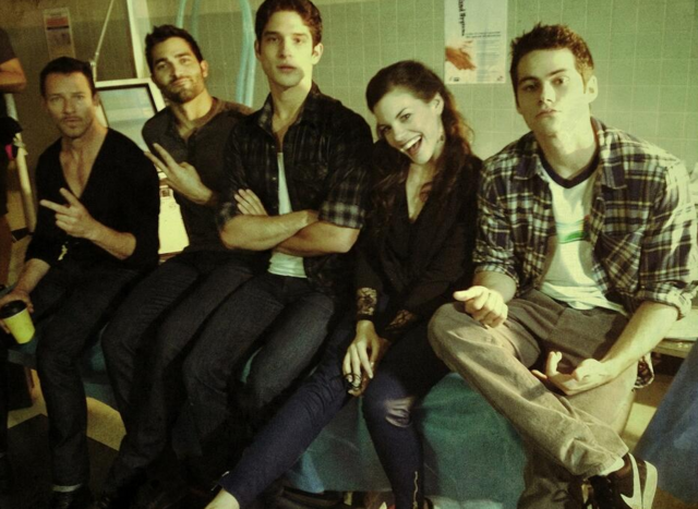 Datei:Teen Wolf Season 3 Behind the Scenes Ian Bohen Tyler Hoechlin Haley Webb Tyler Posey Dylan O'Brien Episode 10.png