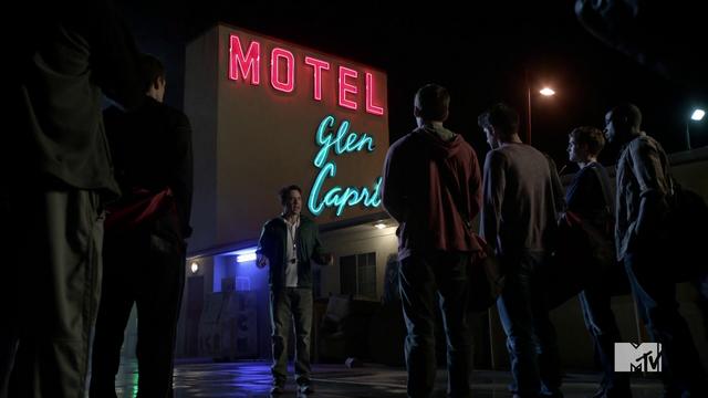 File:Teen Wolf Season 3 Episod 6 Motel California Orny Adams Coach Bobby Finstock and the team at Glen Capri.png