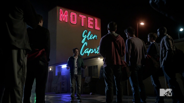 Datei:Teen Wolf Season 3 Episod 6 Motel California Orny Adams Coach Bobby Finstock and the team at Glen Capri.png