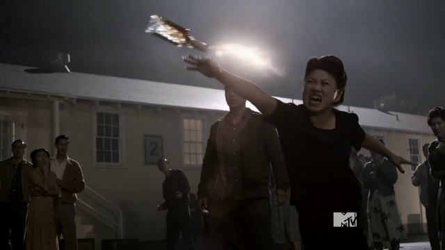 Datei:Teen Wolf Season 3 Episode 21 Fox and Wolf Satomi throws bomb.png