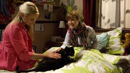 Delia und Nina kümmern sich um ihr neues Haustier
