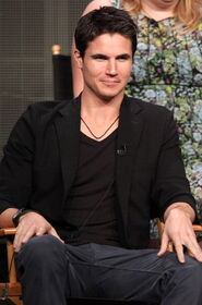 Robbie Amell 217