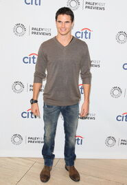 Robbie Amell 223