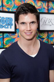 Robbie Amell 181