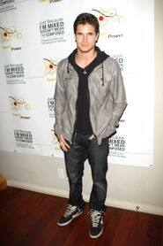 Robbie Amell 174
