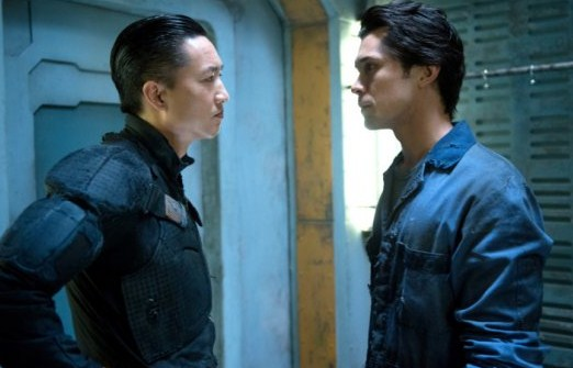 File:The 100 1x06 Commander Shumway talking with Bellamy.jpg
